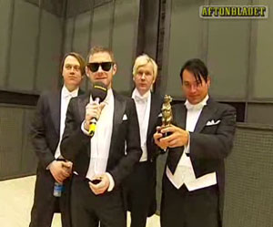 kent accepts the Rockbj�rnen award for Best Swedish album 2007